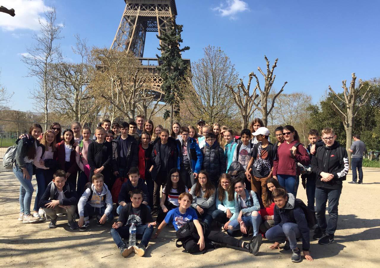 Gruppenfoto-vor-dem-Eiffelturm_HD