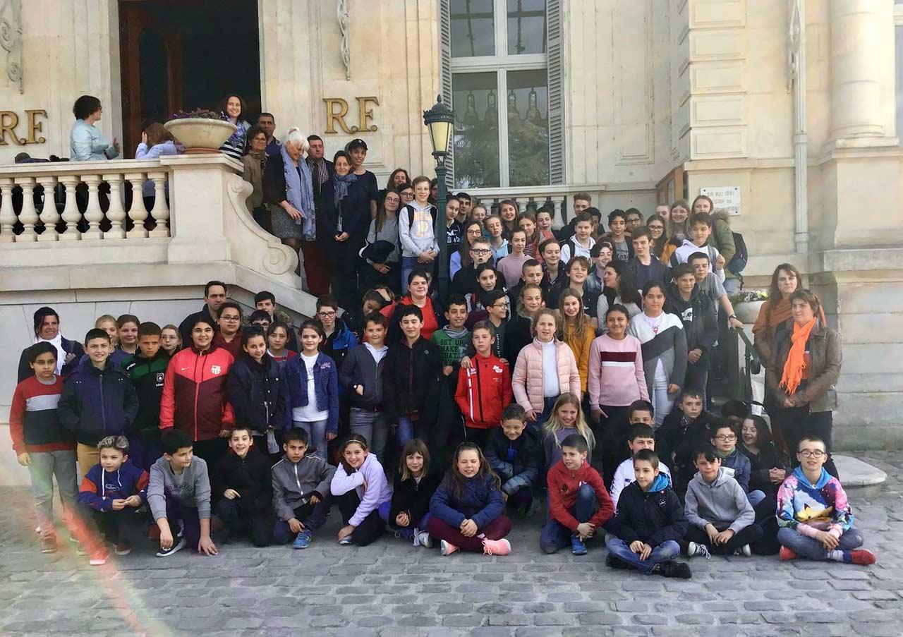 Gruppenfoto-vor-dem-Rathaus_ba